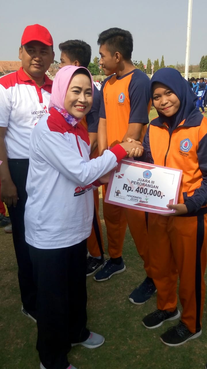 Bupati Brebes Hj. Idza P, memberikan dana prestasi kepada para Atlit Tapak Suci SMK Mutu Bumi yang telah menjuarai lomba pencak silat tingkat Jawa Tengah di Gor Wisangeni Brebes